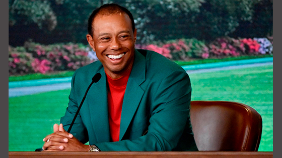 tiger woods shows off green jacket for jimmy fallon